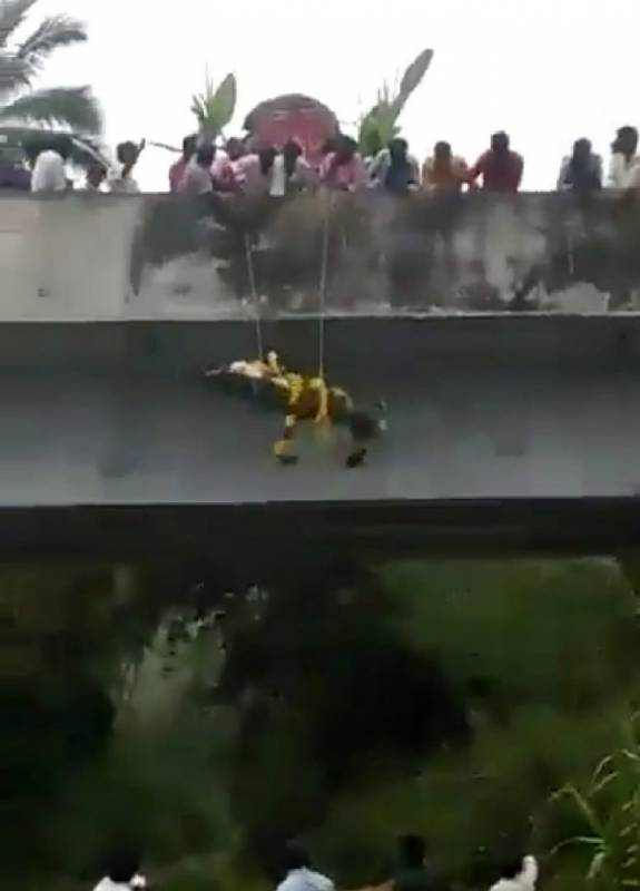 Tamil Nadu: Video of Dalit man's body dropped from bridge into funeral pyre in Vellore goes viral