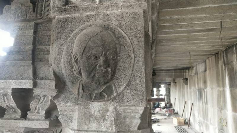 Carvings of KCR on pillars of Yadadri temple, BJP sees red