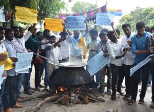 Osmania students protest in support of RTC strike by cooking on road
