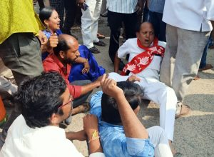 Singareni Huts residents block GHMC Mayor over pending issues