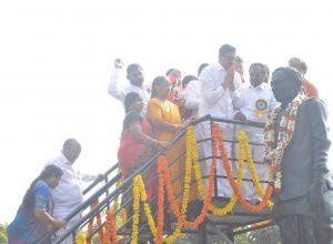 Mimicry artiste Nerella Venumadhav's bronze statue unveiled at Warangal
