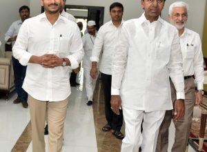 KCR and Jagan meet at Pragathi Bhavan