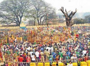 Locals break locks of Sammakka Saarakka to perform puja