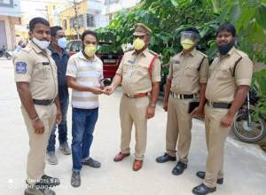 Siddipet man returns Rs 5000 cash found at ATM, gets pat from police