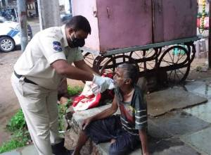 Hyderabad cop turns good samaritan, rescues old man from city streets