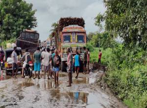 Truck gets stuck in pothole on Andhra-Odisha border, traffic jam for 4 hrs