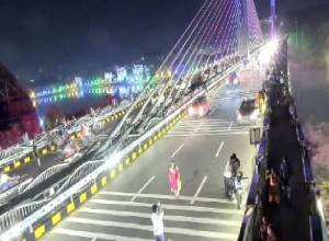 Two Videos : Selfies to dangerous crossings captured on Durgam Cheruvu bridge