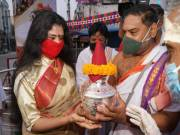 Simhachalam Devasthanam chairperson Sanchaita breaks tradition, offers silk robes to Pydithalli Ammavaru at Vizianagaram